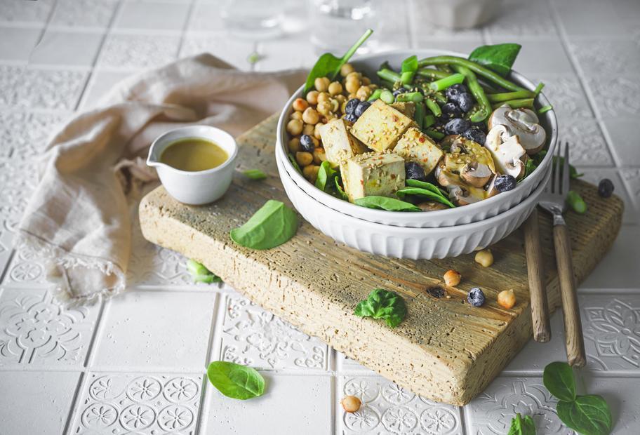 Gemüse-Bowl mit Spinat und mariniertem Tofu