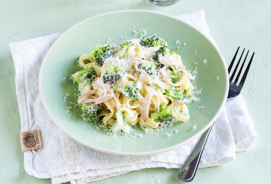 Brokkoli-Schinken-Nudeln mit Käsesoße