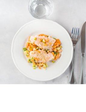 Gedämpfter Sesam-Lachs mit Karotten-Zucchini-Gemüse