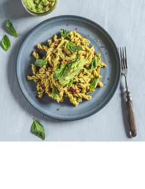 Low-Carb-Pasta mit Avocado-Tomaten-Pesto