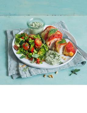 Überbackenes Tomate-Mozzarella-Hähnchen mit Brokkolisalat und Basilikumdip