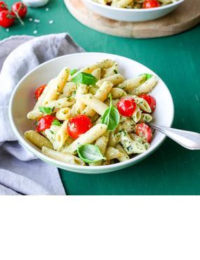 Nudelsalat mit Kräuterdressing, Tomaten und Mozzarella