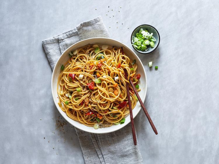 Große weiße Schüssel mit asiatischem Spaghettisalat aus dem Thermomix® auf hellem Untergrund